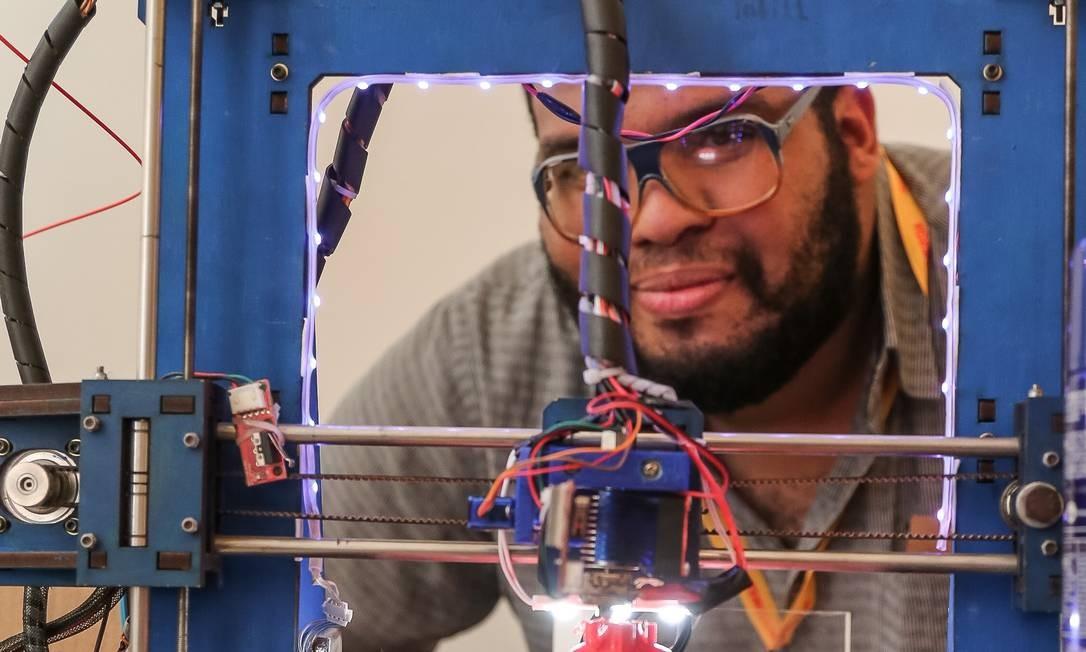 Feita de material reciclado, a impressora 3D desenvolvida por Lucas Lima tem duas versões. A maior sai por R$ 680, enquanto a pequena apenas R$ 550 Foto: Marco Sobral
