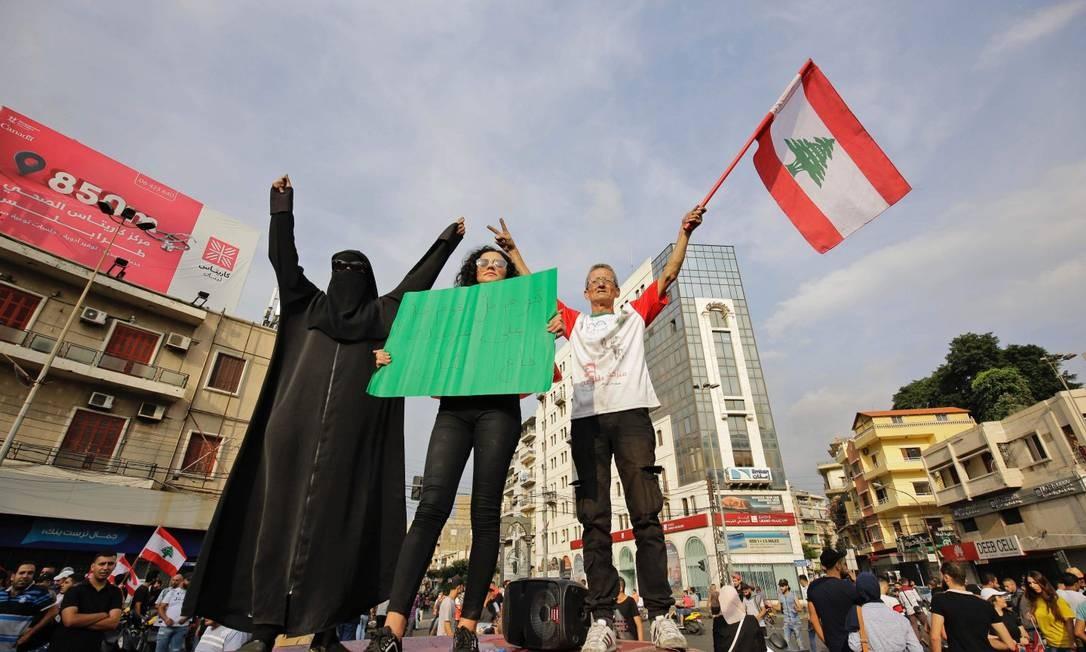Manifestantes na cidade costeira de Tripoli, ao norte de Beirute Foto: IBRAHIM CHALHOUB / AFP