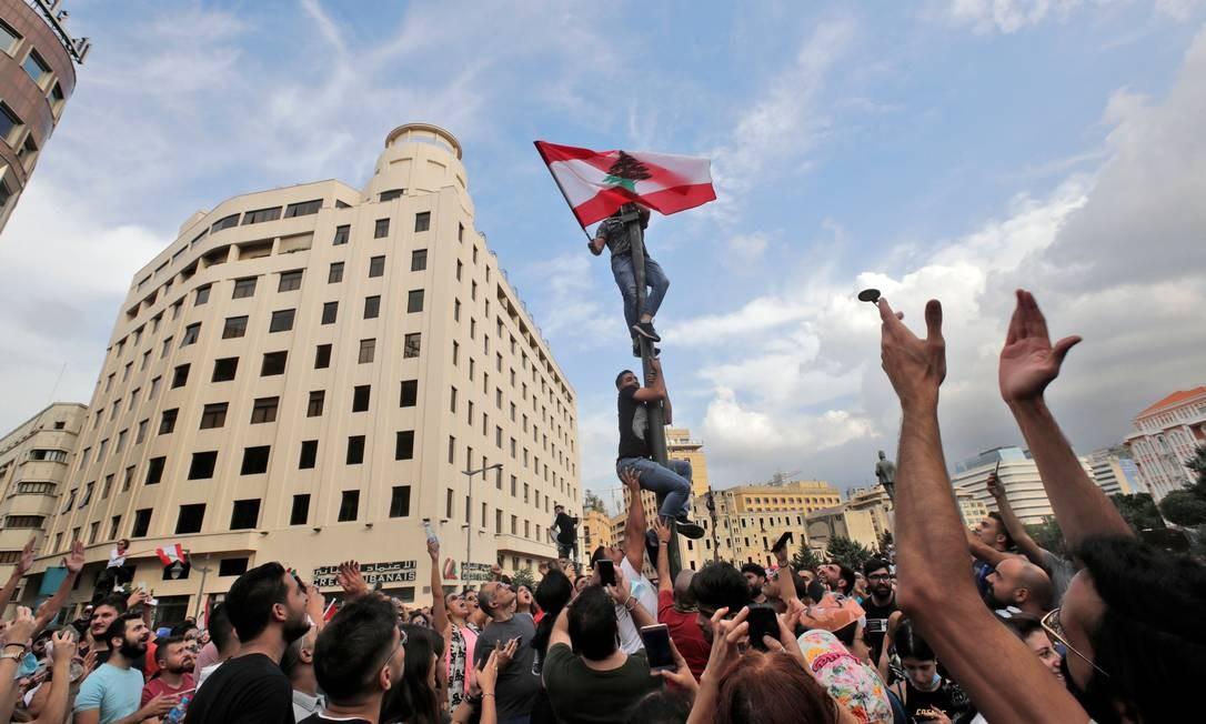 Manifestantes libaneses se reúnem durante um protesto em massa no centro da capital Beirute Foto: ANWAR AMRO / AFP