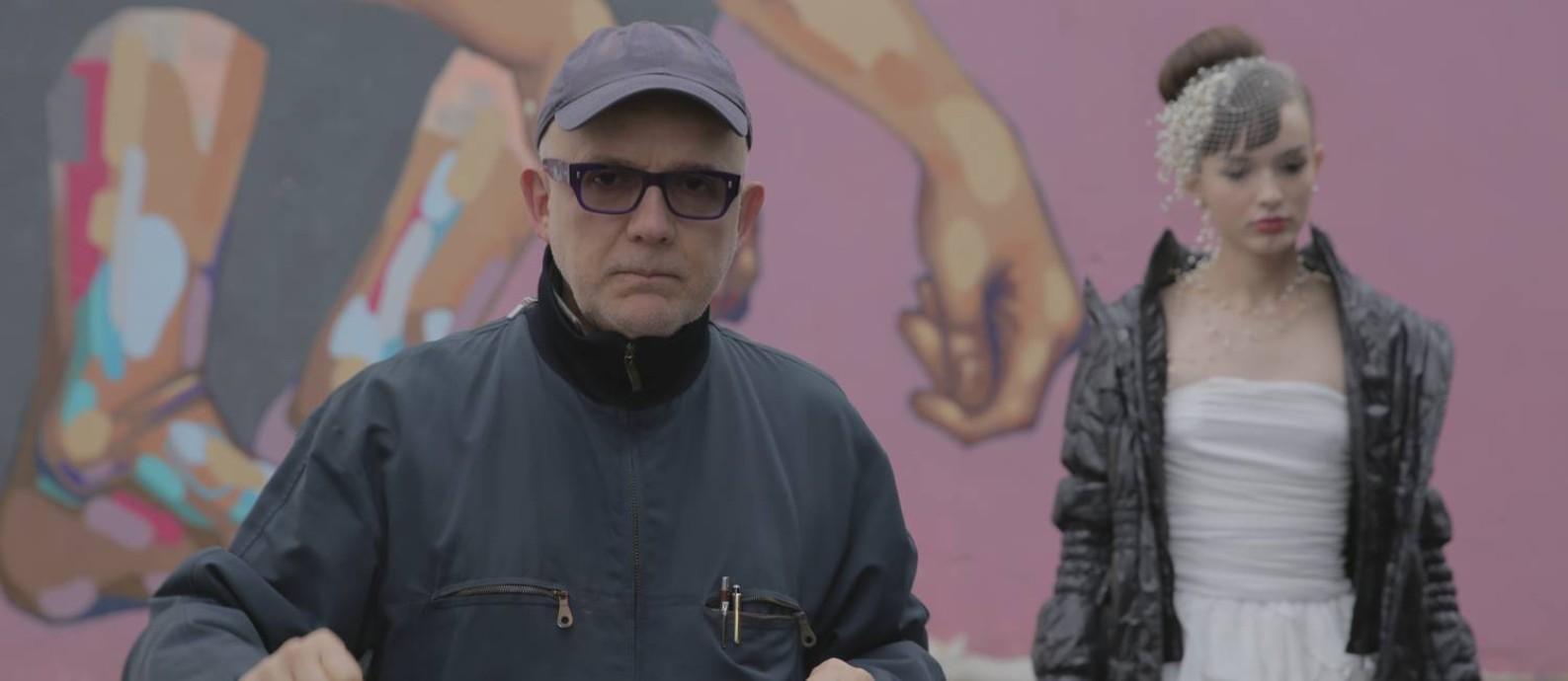 Bruno Barreto durante as gravações de 'Toda forma de amor', com a atriz Gabrielle Joie ao fundo Foto: Filipe Vasconcelos Vianna/Divulgação