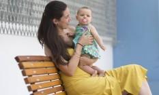 Temendo a explosão de casos de sarampo em bebês, Diana Ferreira restringiu a saídas de casa com a filha, Camila, e a vacinou assim que ela completou seis meses Foto: Edilson Dantas / Agência O Globo