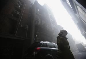 Fogo tomou casa noturna: funcionários foram evacuados, mas três bombeiros morreram durante combate ao incêndio Foto: Alexandre Cassiano / Agência O GLOBO