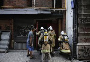 Bombeiros iniciaram ação de combate ao fogo por volta das 11h25 desta sexta-feira Foto: Alexandre Cassiano / Alexandre Cassiano