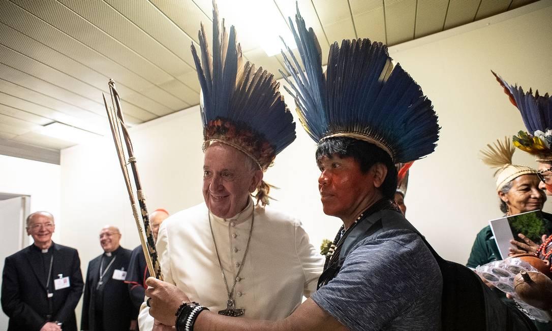 Papa Francisco recebe indígenas e usa um cocar durante Sínodo para a Amazônia Foto: HANDOUT / AFP