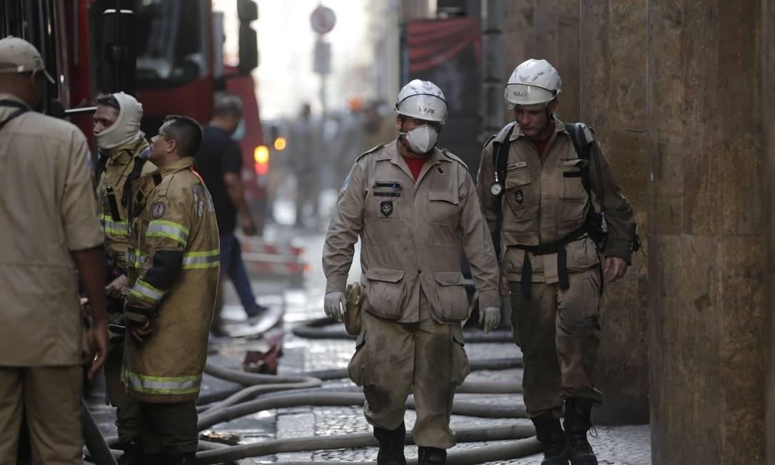 Bombeiros deixaram o prédio da Quatro por Quatro amparados por colegas Foto: Alexandre Cassiano / Agência O GLOBO