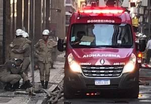 Bombeiros deixaram o prédio da Quatro por Quatro amparados por colegas Foto: Gilberto Porcidonio