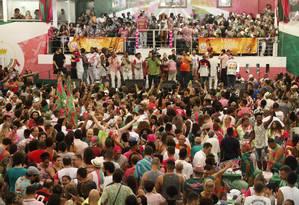 Verde e rosa na polêmica.AMangueira é uma das escolas que vão levar um samba crítico ao Sambódromo: letra faz referências a Messias com arma na mão Foto: Thiago Mattos / Agência O Globo