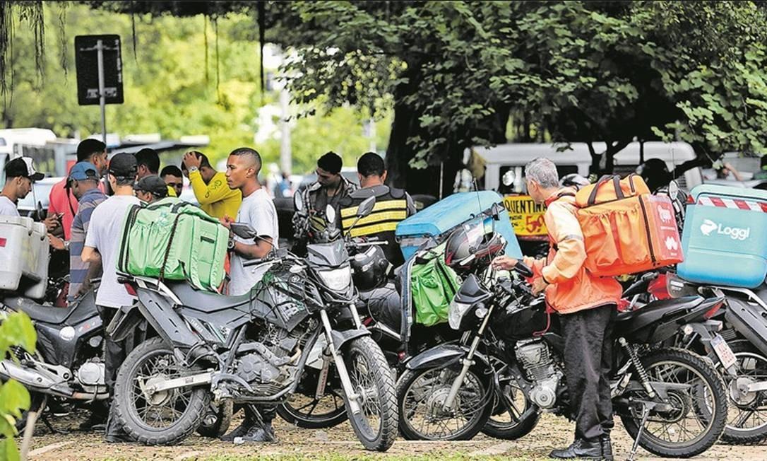 Motoristas de aplicativos de entrega fazem ponto na Zona Sul do Rio: ocupação foi criada em agosto e, segundo a Receita Federal, 17.680 trabalhadores já se formalizaram Foto: Guilherme Pinto - Agência O Globo