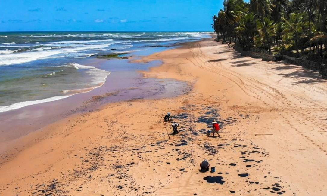 Voluntários trabalhando na Praia do Jauá, em Camaçari (BA) Foto: Terceiro / Agência O Globo