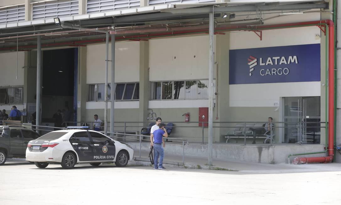 A ação dos bandidos aconteceu neste sábado pela manhã no terminal de carga da Latam no Galeão Foto: Domingos Peixoto / Agência O Globo