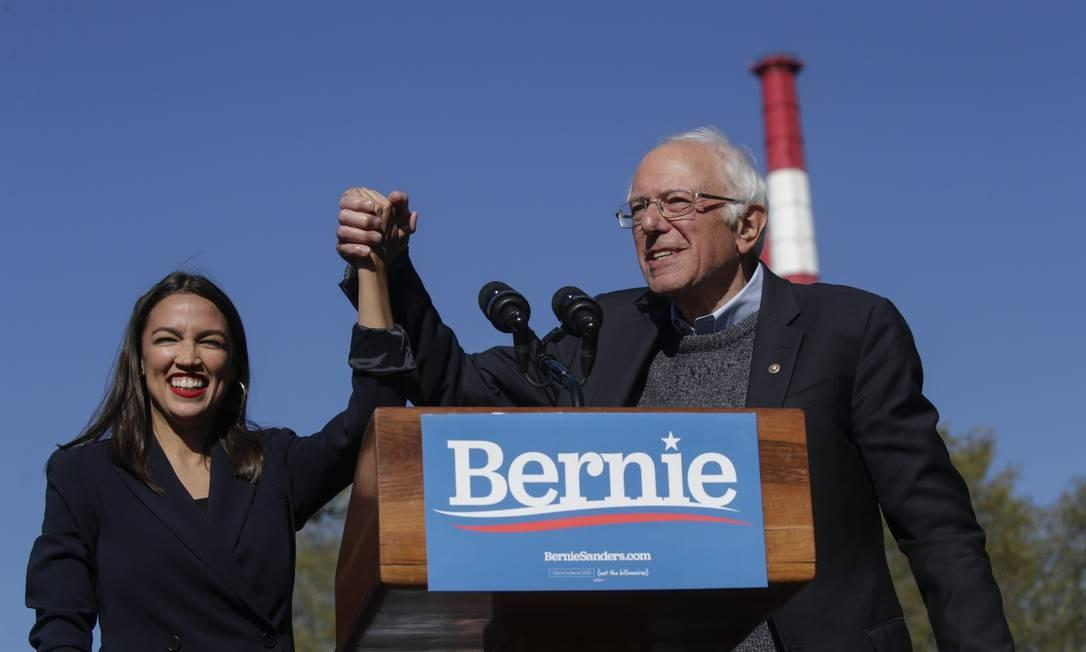 Diante de 20 mil pessoas em Nova York, senador Bernie Sanders recebeu o apoio da deputada Alexandria Ocasio-Cortez, um dos principais nomes da esquerda do Partido Democrata Foto: KENA BETANCUR / AFP