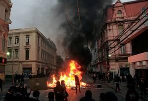 Manifestantes em Vaparaíso, neste sábado Foto: ATON CHILE/AFP / Sebastián CISTERNAS