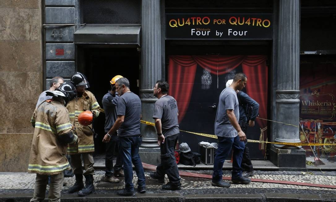 Bombeiros lamentaram perda de colegas durante perícia Foto: Marcio Alves / Marcio Alves