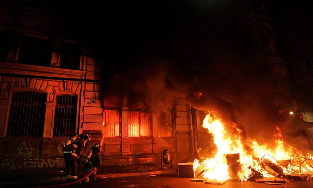 """Prédio do jornal """"El Mercurio"""", em Vaparaíso, foi incendiado por manifestantes Foto: SEBASTIAN CISTERNAS / AFP"""
