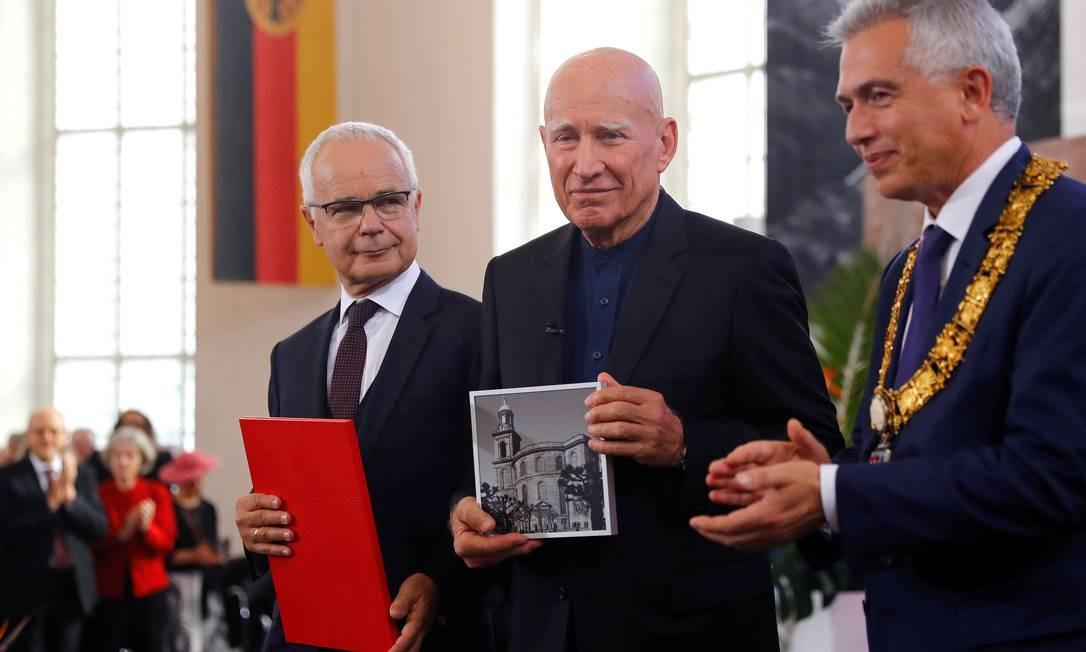 Sebastião Salgado (ao centro) recebe Prêmio da Paz do da Federação do Comércio Livreiro Alemão em Frankfurt Foto: KAI PFAFFENBACH / REUTERS