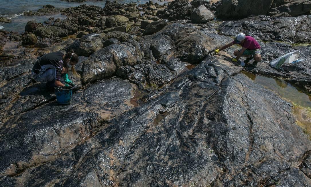As pedras da praia de Pedra do Sal cobertas de óleo vindo do mar, Salvador, Bahia Foto: ANTONELLO VENERI / AFP