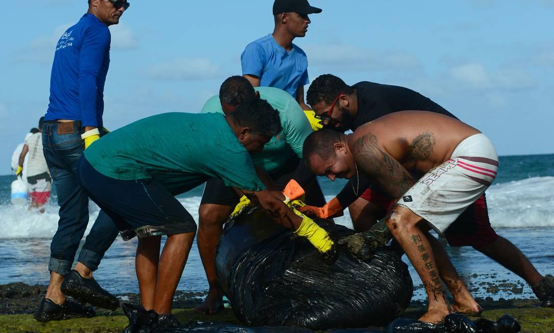 Bola de óleo recolhida por voluntários em Muro Alto, Tamandaré, Pernambuco Foto: STRINGER / REUTERS
