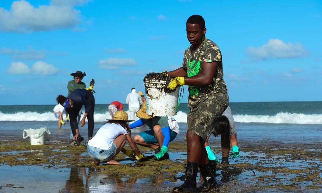 Até baldes são usados para recoher o óleo em Muro Alto, Tamandaré, Pernambuco Foto: STRINGER / REUTERS