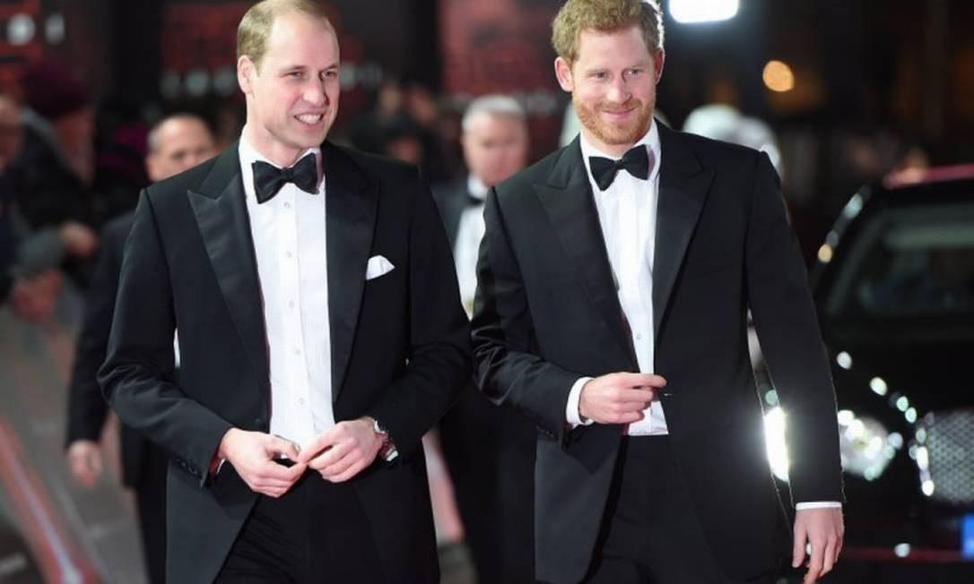 O príncipe Harry (à direita) admitiu pela primeira vez problemas no relacionamento com o irmão, William Foto: Reuters