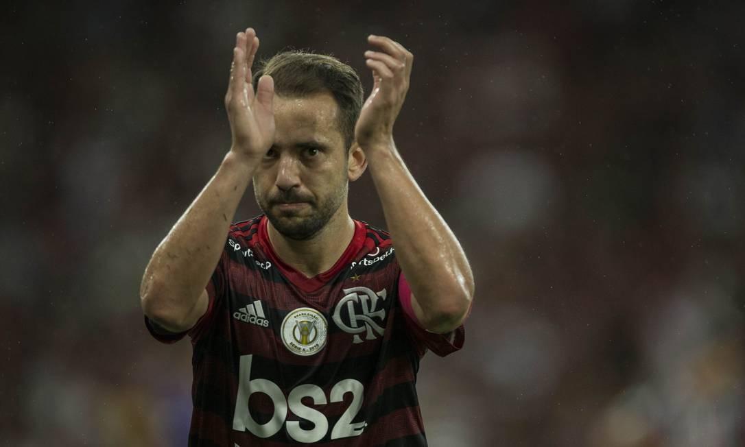 Éverton Ribeiro aplaude a torcida do Flamengo após a vitória sobre o Fluminense Foto: Guito Moreto