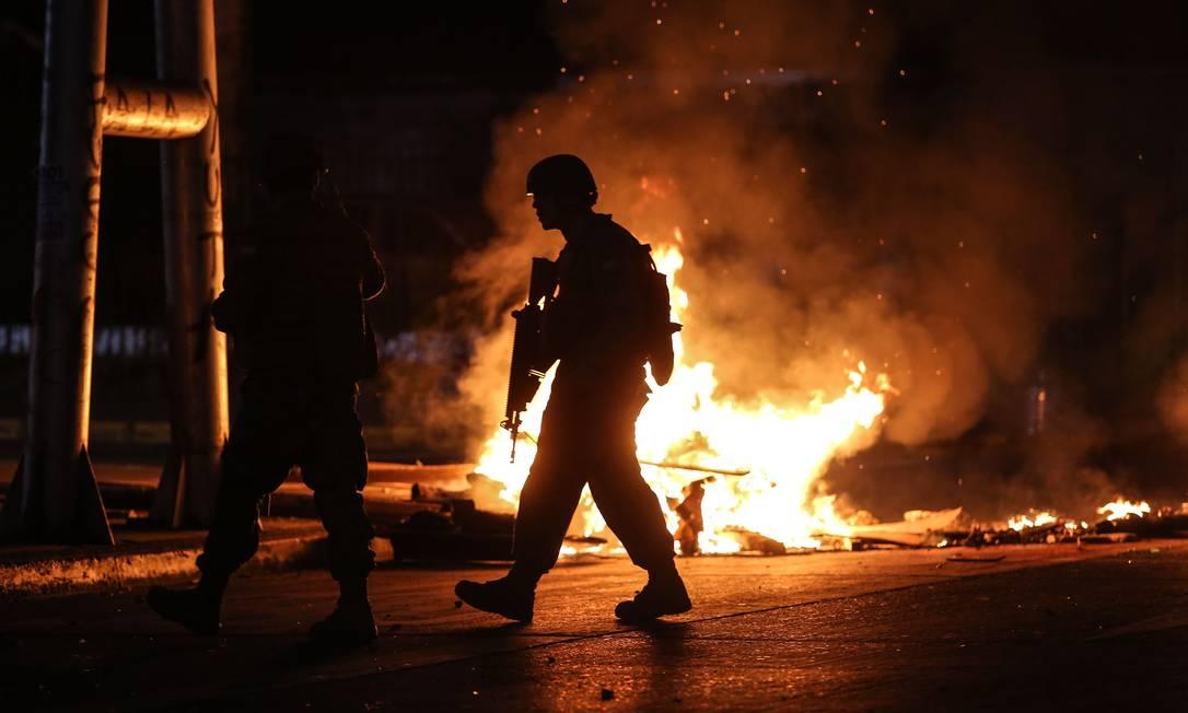 Soldados patrulham as ruas da cidade de Concepción, Chile, em meio aos protestos que tomaram o país no fim de semana: Bolsonaro disse estar preocupado com situação no país Foto: PABLO HIDALGO/AFP/20-10-2019