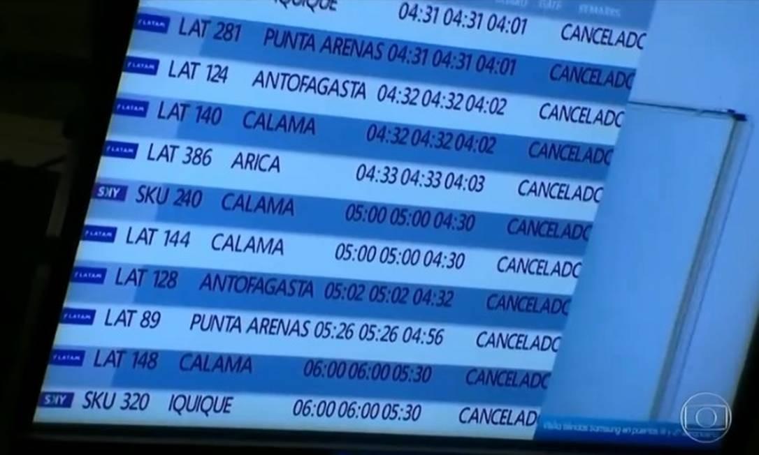Painel do aeroporto de Santiago mostra alguns dos voos cancelados Foto: Reprodução de TV
