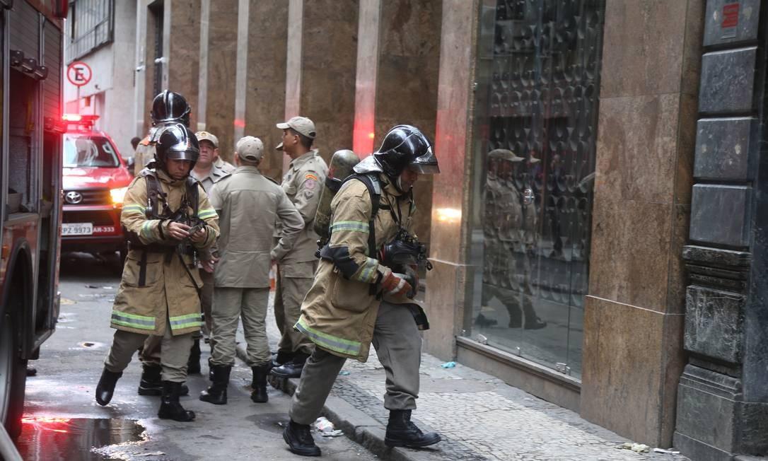 Bombeiros no prédio da Quatro por Quatro Foto: Fabiano Rocha / Agência O Globo