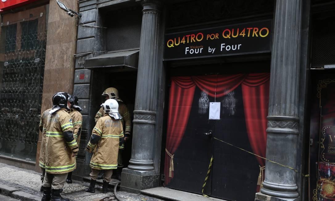 Equipes do Corpo de Bombeiros voltaram à Quatro por Quatro na manhã desta segunda-feira após chamado Foto: Fabiano Rocha / Agência O Globo