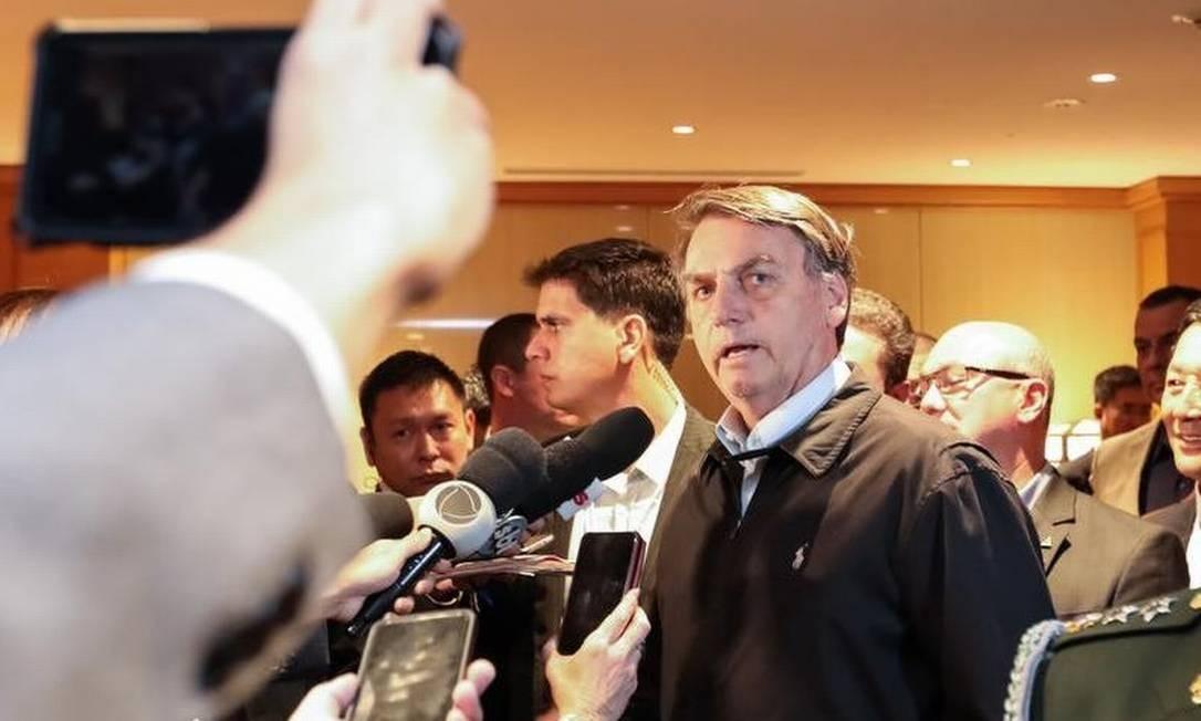 Bolsonaro fala aos jornalistas ao chegar no hotel, em Tóquio Foto: Divulgação/Presidência da República