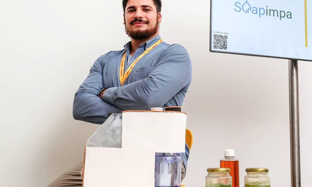 2º Lugar: o estudante de engenharia Filipi Barbosa, de 28 anos é o idealizador da Soapimpa, máquina que produz sabonete líquido a partir de óleo de cozinha usado Foto: Marco Sobral