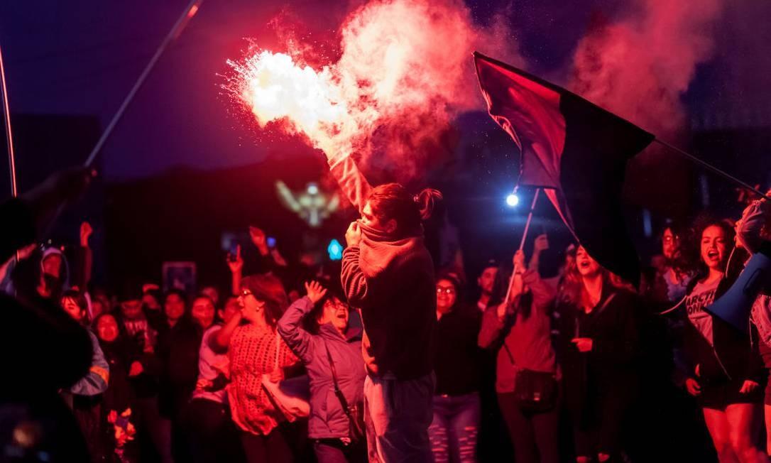 Milhares de chilenos foram às ruas na última sexta-feira em uma série de protestos contra o aumento das passagens de metrô na cidade de Santiago Foto: NurPhoto / NurPhoto via Getty Images