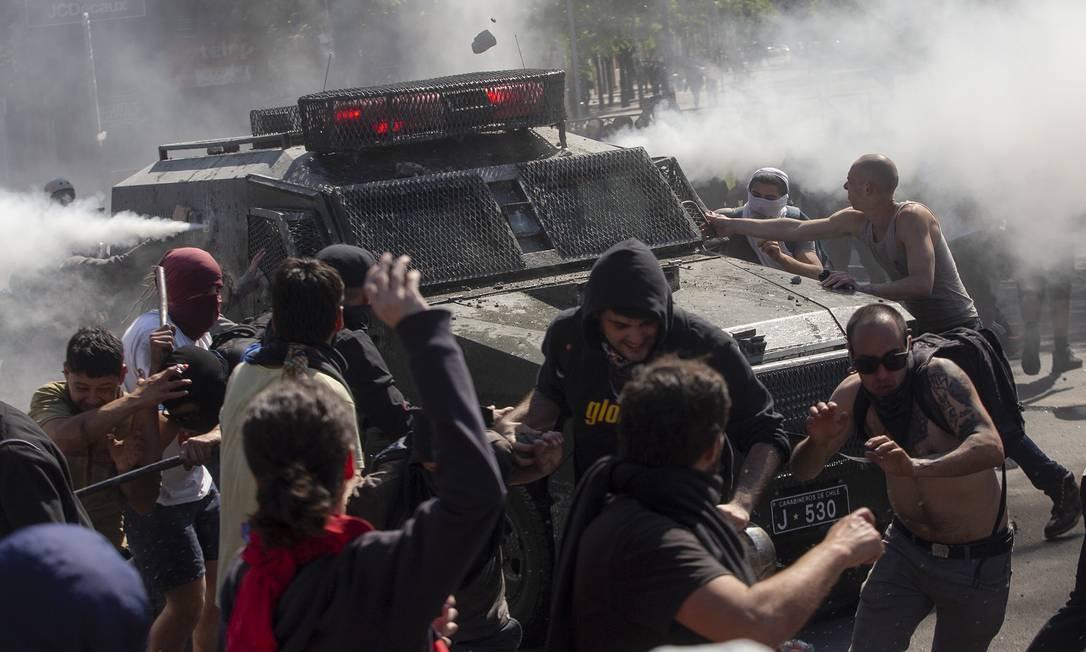 O governo do presidente Sebastián Piñera reagiu violentamente aos protestos, o que deflagrou uma onda de reação ainda mais intensa dos manifestantes Foto: CLAUDIO REYES / AFP