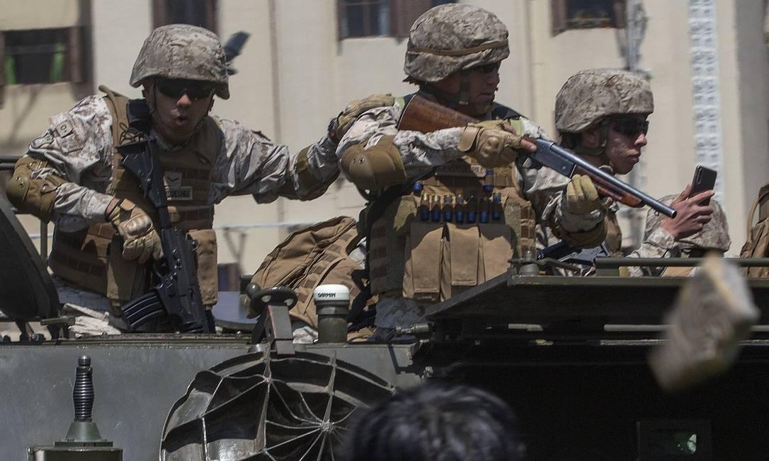 Essa é a primeira vez desde o fim da ditadura que o Exército chileno é colocado nas ruas Foto: CLAUDIO REYES / AFP