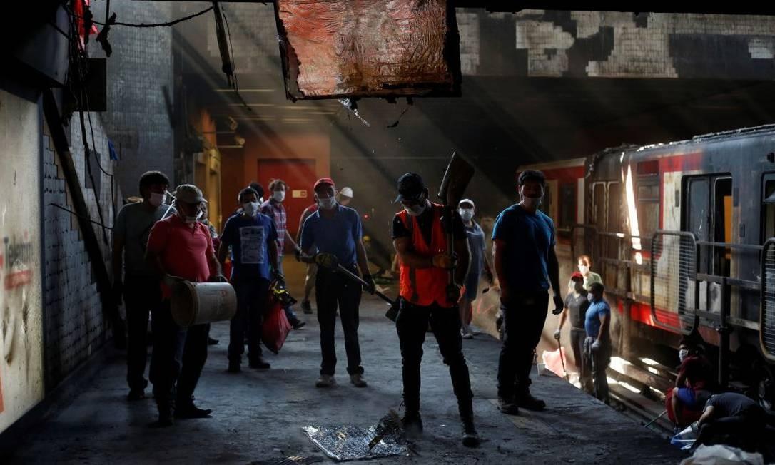 Manifestantes passaram a atear fogo e saquear diversos locais, incluindo trens do sistema de metrô de Santiago Foto: Anadolu Agency / Anadolu Agency via Getty Images