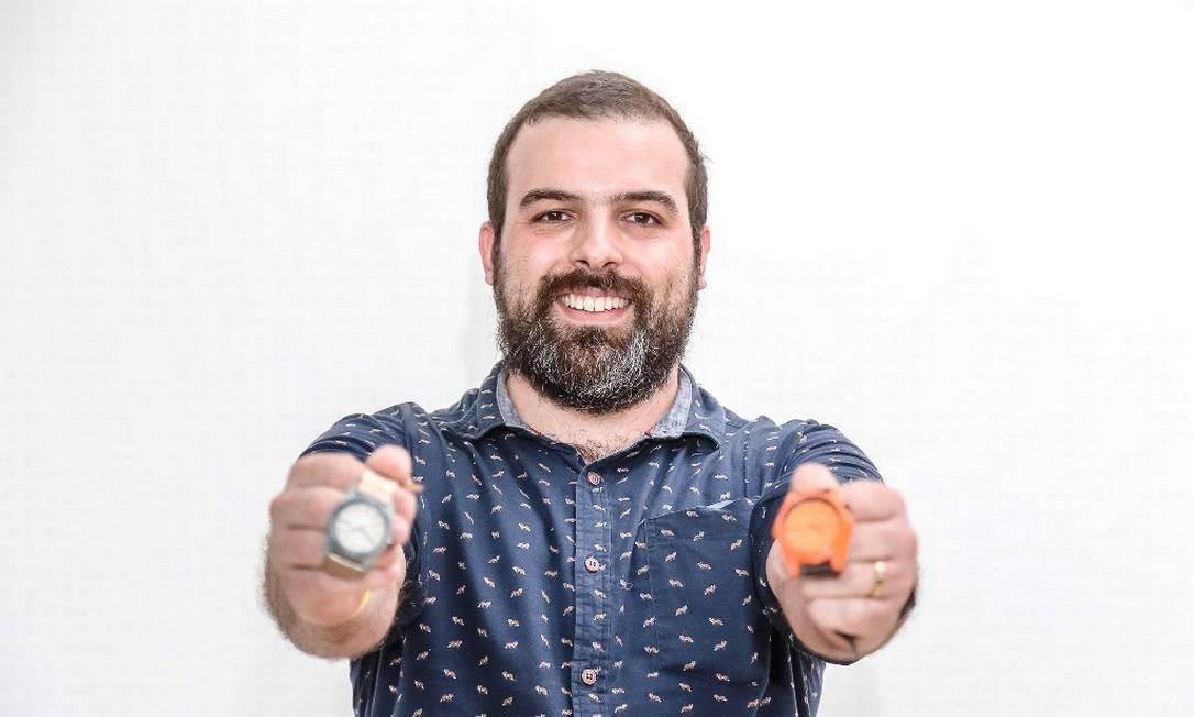 Destaque: o designer João Victor Mello, de 34 anos, se destacou representando a Maré. A marca resgata madeiras e restos de jeans que foram descartados e transforma em relógios Foto: Marco Sobral