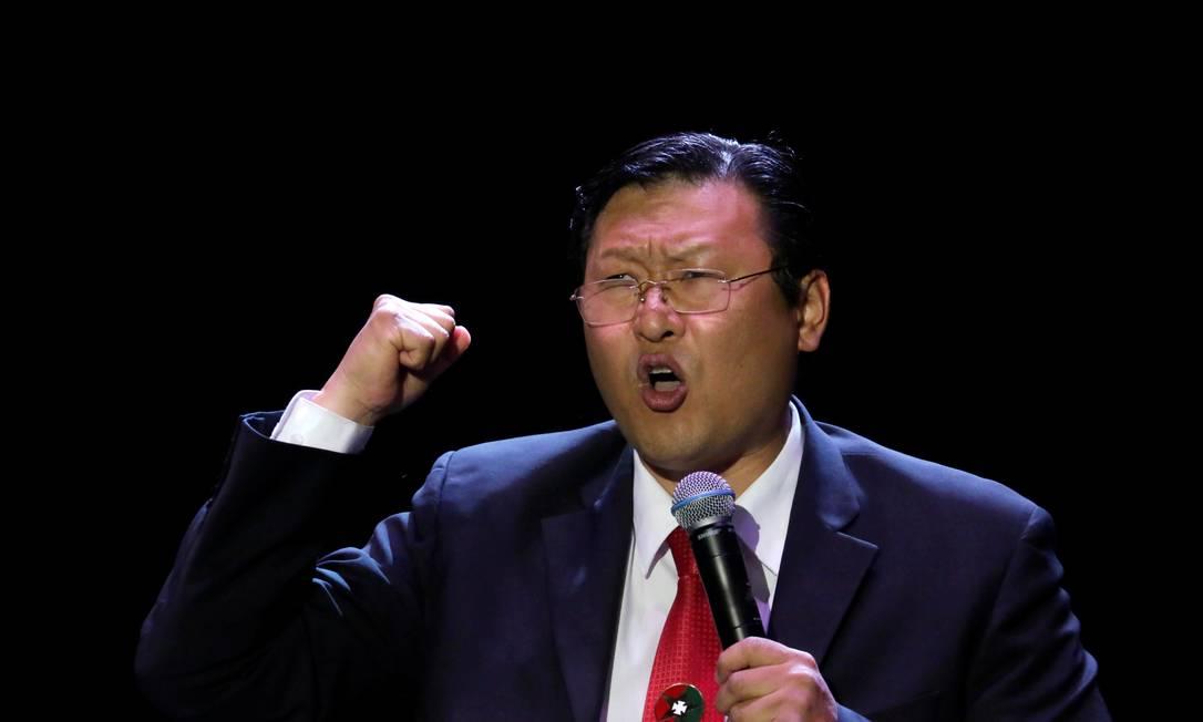 O candidato Chi Hyun Chung durante campanha em Santa Cruz: surpresa com terceiro lugar Foto: DAVID MERCADO / REUTERS