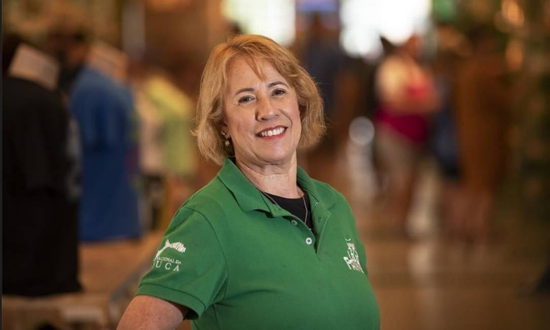 Depois de 19 anos como corretora, Thania Garcia, de 63 anos, mudou de área e hoje é caixa da loja de conveniências nas Paineiras Foto: Ana Branco