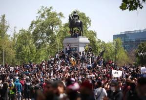 Manifestantes se concentram na Praça Itália, em Santiago, Chile Foto: PABLO VERA / AFP