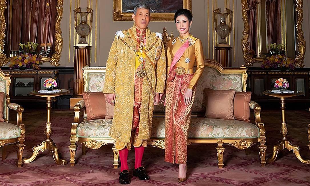 Foto divulgada pelo Palácio Real da Tailândia em agosto mostra o rei Maha Vajiralongkorn com sua então consorte real Sineenat Bilaskalayani: amante oficial perdeu o título nesta segunda por 'deslealdade' Foto: AFP/Palácio Real da Tailândia/26-08-2019