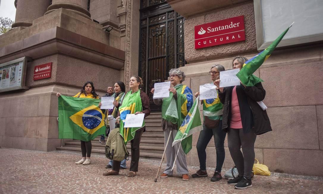 Protestos contra a mostra Queermuseu em frente ao Santander Cultural, em Porto Alegre, em 2017 Foto: Cau Guebo / Raw Image