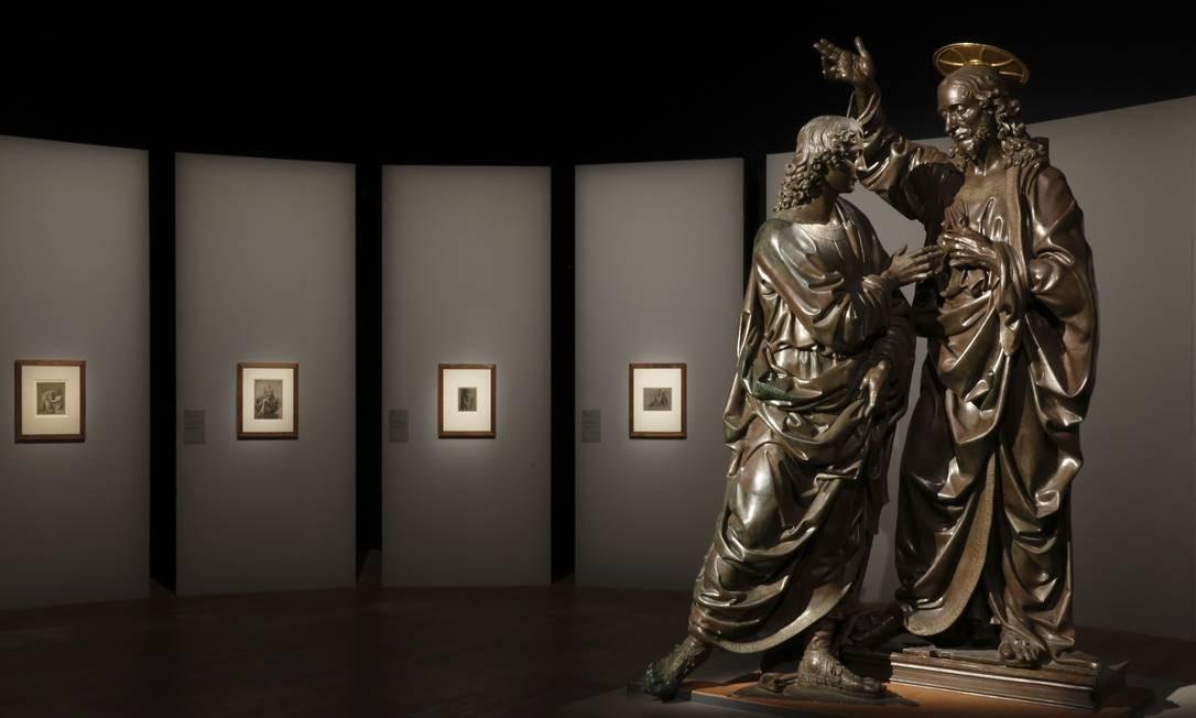 Vista da exposição. Em primeiro plano, a escultura 'A incredulidade de São Tomás' (1467-1483), de Andrea del Verrocchio (Florença, cerca de 1435- Veneza, 1488), contemporâneo de Leonardo da Vinci. A obra pertence ao Museu Nacional de Bargello, na Itália Foto: Divulgação/Louis Frank / Divulgação