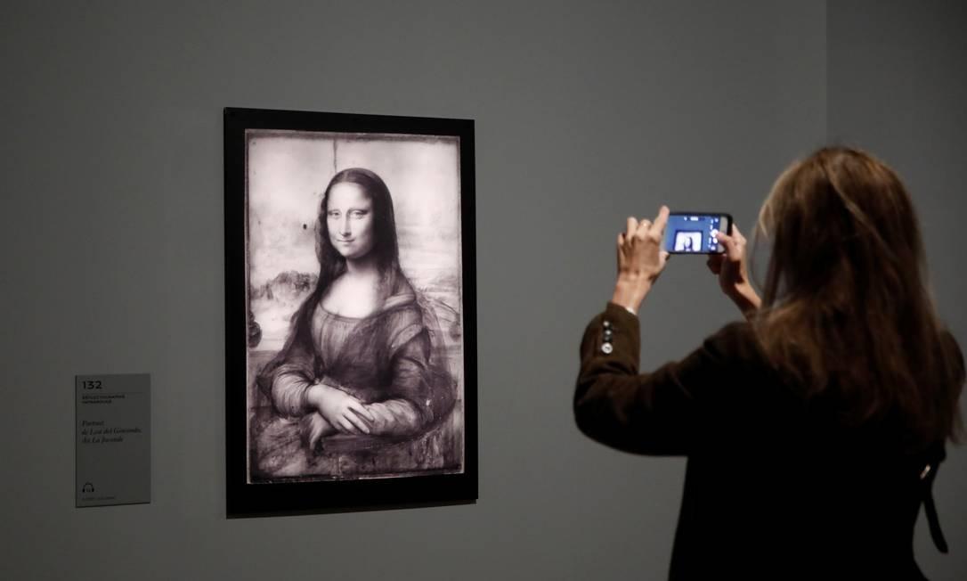 """A """"Mona Lisa"""", no formato de reflectografia de infravermelho, que permite ver o primeiro desenho de Da Vinci na tela, e as alterações feitas depois. 'São informações extraordinárias', diz um dos curadores da exposição no Louvre, Vincent Delieuvi. 'É como se estivéssemos atrás dele no ateliê, diante de seu cavalete, vendo como pintura foi realizada' Foto: BENOIT TESSIER / REUTERS"""