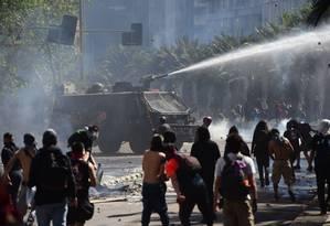 Polícia usa canhão de água para dispersar manifestantes em Santiago, Chile Foto: MARTIN BERNETTI / AFP