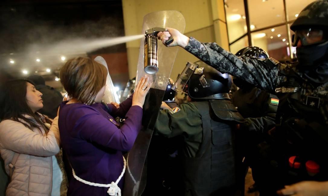 Policiais usam spray de pimenta para dispersar manifestantes em La Paz Foto: UESLEI MARCELINO / REUTERS