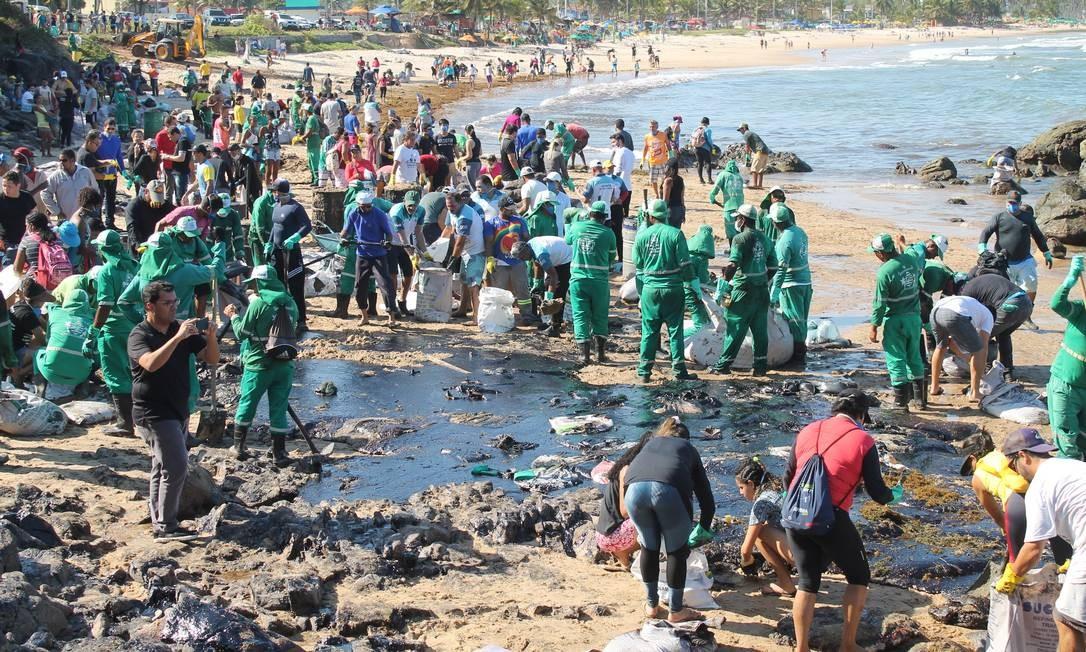 Mancha de óleo em grande proporção atingiu o trecho entre as praias de Itapuãma e Pedra do Xaréu no município do Cabo de Santo Agostinho, litoral sul de Pernambuco, na tarde desta segunda (21) Foto: Código 19 / Agência O Globo