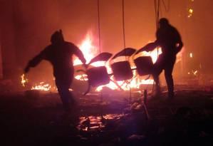 Opositores de Morales põem fogo em escritório de órgão eleitoral em Sucre, na Bolívia Foto: JOSE LUIS RODRIGUEZ / AFP