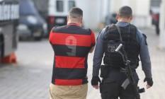Homem detido pela operação Olhos de Águia chega à Cidade da Polícia nesta terça-feira Foto: Fabiano Rocha / Agência O Globo