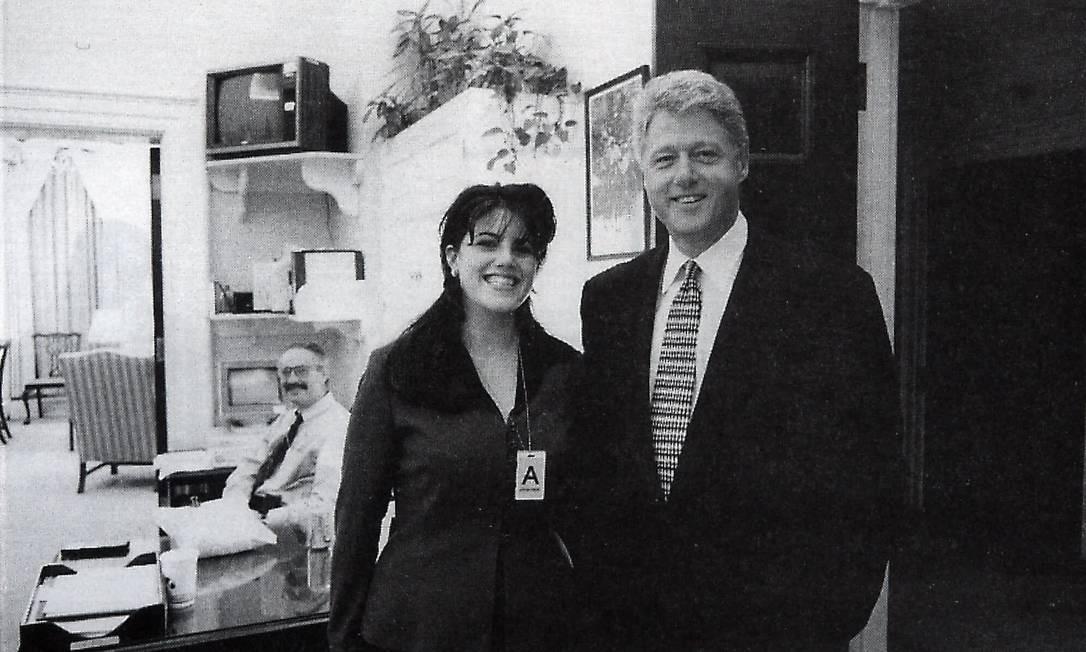 Bill Clinton e Monica Lewinsky na Casa Branca, em 1995: mais de vinte anos após escândalo, ex-estagiária prepra documentário sobre humilhação pública e série sobre processo de impeachment que quase derrubou Clinton Foto: AP Photo/OIC