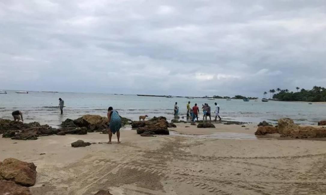 Voluntários observam manchas de óleo no litoral de Cairu, na Bahia Foto: Divulgação/Prefeitura de Cairu