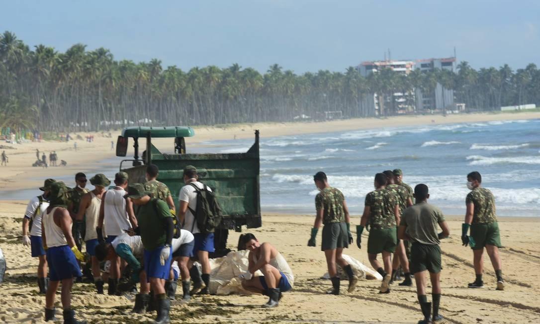 Coleta de óleo na Praia de Itapuana, em Cabo de Santo Agostinho (PE) Veetmano Prem/Fotoarena/Agência O Globo) especiais Foto: Veetmano Prem/Fotoarena